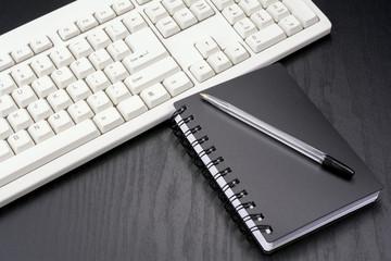メモ帳とボールペンとキーボード