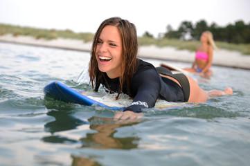 Lachende Surferin