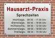 Leinwandbild Motiv Schild Hausarzt-Praxis