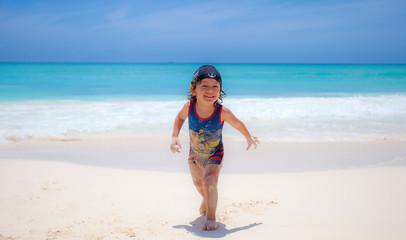 Bimbo sulla spiaggia a Santo Domingo