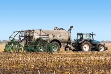 XXX- Traktor bei der Gülleausbringung - 8702