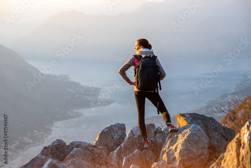 Tuinposter Alpinisme Young photographer on the top of mountain