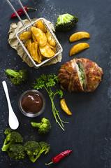 Baconpraline mit Kartoffelecken und Broccoli