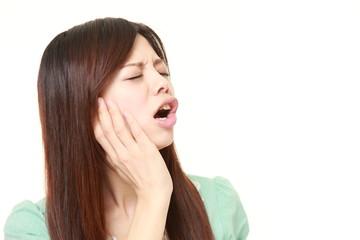 歯痛に苦しむ女性