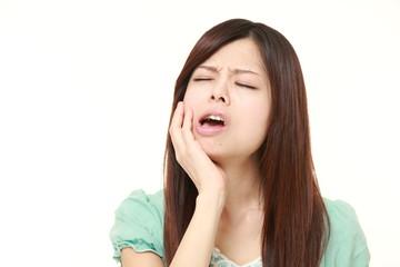 歯が痛む女性