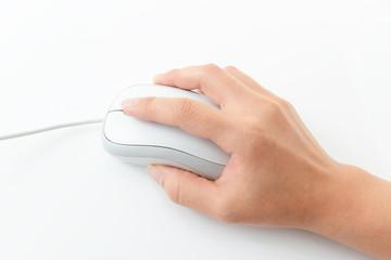 マウスを操作する手