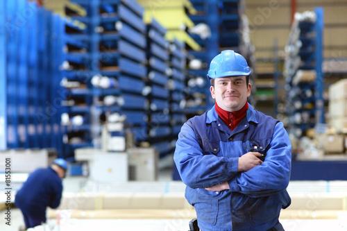 sympathischer Arbeiter in einer Industriehalle - 81553001
