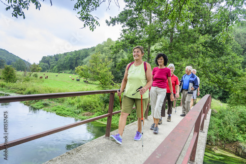 Leinwanddruck Bild Wandern mit Senioren