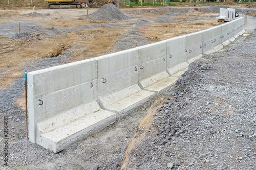 Leinwandbild Motiv Neue Betonmauer aus Fertigteilen