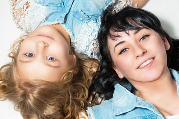Портрет счастливых мамы и дочери.
