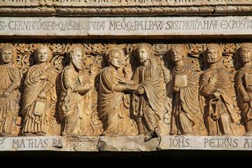 incredulità di Tommaso; portale chiesa S. Bartolomeo, Pistoia
