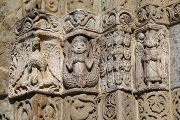 Pavia; San Michele: capitello del portale di destra