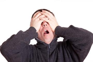 verzweilferter Mann hält sich die Augen zu - isoliert