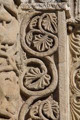 Pavia; San Michele: decorazioni portale di destra