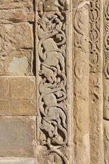 Pavia; San Michele: decorazioni portale di sinistra