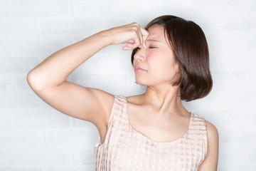 花粉症 目がかゆい女性