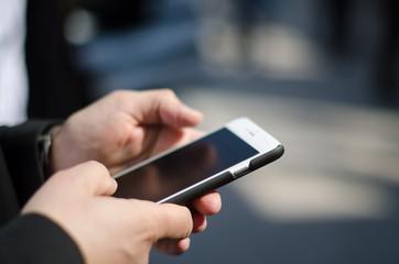 Uomo business scrive mail su cellulare