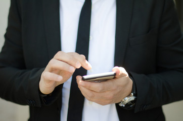 Uomo business scrive sms