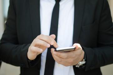 Uomo business utilizza cellulare