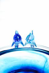 プラステックのイルカとガラスの器.
