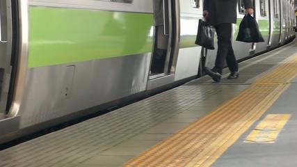 大都会東京 駅のホーム イメージ ボディパーツ  ハイスピード撮影 スローモーション映像