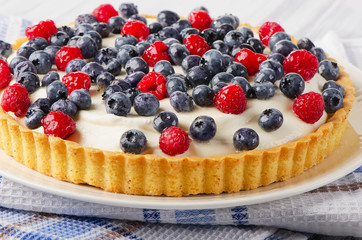 Cake with cream cheese and berries.
