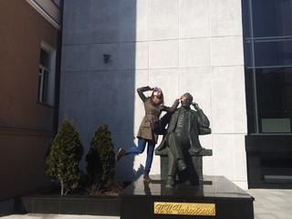 девушка и памятник