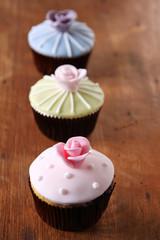 cupcakes mit rosen rosa grün und blau