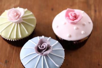 cupcakes mit rose streifen und punkten