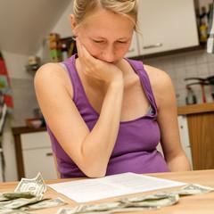 Schwangere Frau mit Geldsorgen