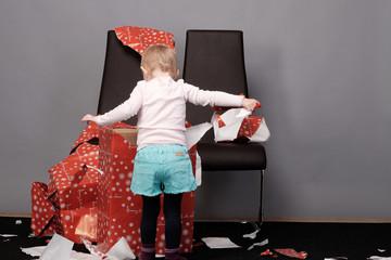 mädchen beim geschenk auspacken