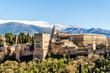 Alhambra in Granada vor schneebedeckter Sierra Nevada