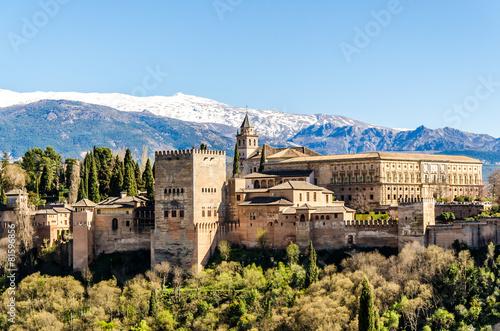 Papiers peints Chateau Alhambra in Granada vor schneebedeckter Sierra Nevada