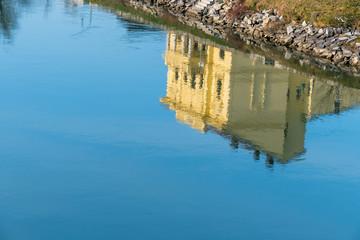 Gebäude spiegelt sich im Wasser