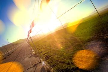Fondo abstracto puesta de sol. Campos de hierba y valla