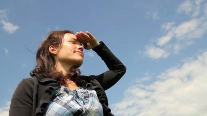 Junge Frau mit Blick nach vorn