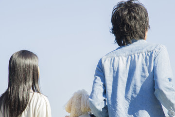 公園で散歩するカップル