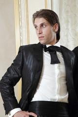 modello con vestito elegante nero camicia bianca