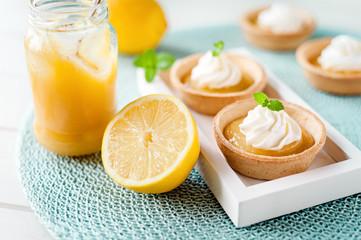 sommerliche Lemon Curd Tartelettes
