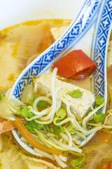 asiatische Suppe mit Tofu und Sprossen