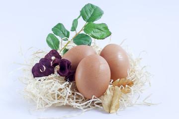 Uova nella paglia, con foglie