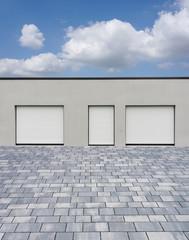 Moderne Bürofassade mit drei geschlossenen Rollläden