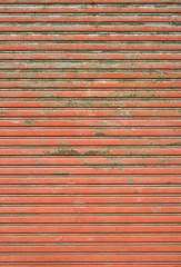Vecchia saracinesca rossa arrugginita