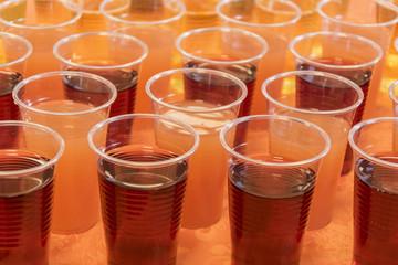 sok w plastikowych kubeczkach