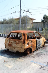 Auto bruciata nel parcheggio di una stazione