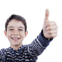 Niño con jersey a rayas azul haciendo gesto de ok