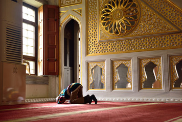 children praying in the mosque