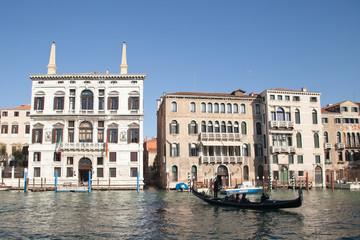 Une gondole sur le grand canal de Venise