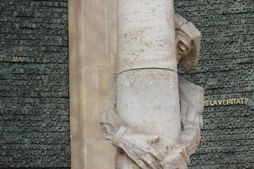 Скульптура у медных ворот Храма Святого Семейства