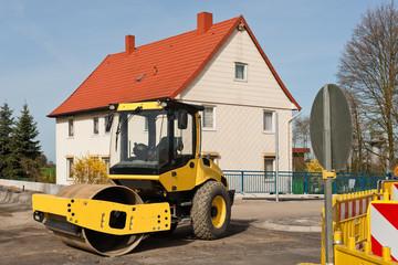 Strassenbauarbeiten und ein grosser gelber Walzenzug